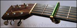 Přiložení kapodastru na kytaru